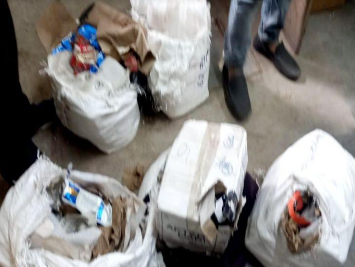 पुलिस से कहा- पैकेट में स्टेशनरी, खोला तो निकली अवैध शराब, आरोपी स्टेशनरी का चालान बनाकर दिल्ली से लाई शराब इंदौर में खपाते थे इंदौर,Indore - Dainik Bhaskar