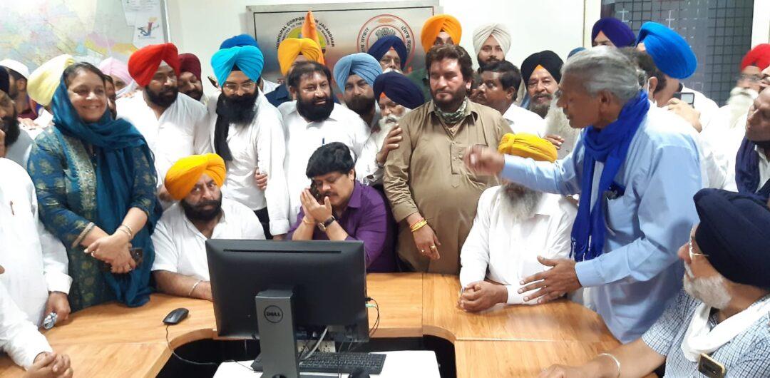 मांग पत्र देने खड़े पहुंचे नेता व मोबाइल पर बात करते जॉइंट कमिश्नर। - Dainik Bhaskar