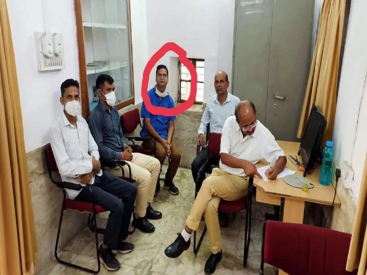 लेखाधिकारी 10 हजार रुपए की रिश्वत लेते ट्रैप, दूसरी किस्त लेते चढ़ा ACB के हत्थे चढ़ा; 2 हजार पहले ले चुका था|उदयपुर,Udaipur - Dainik Bhaskar