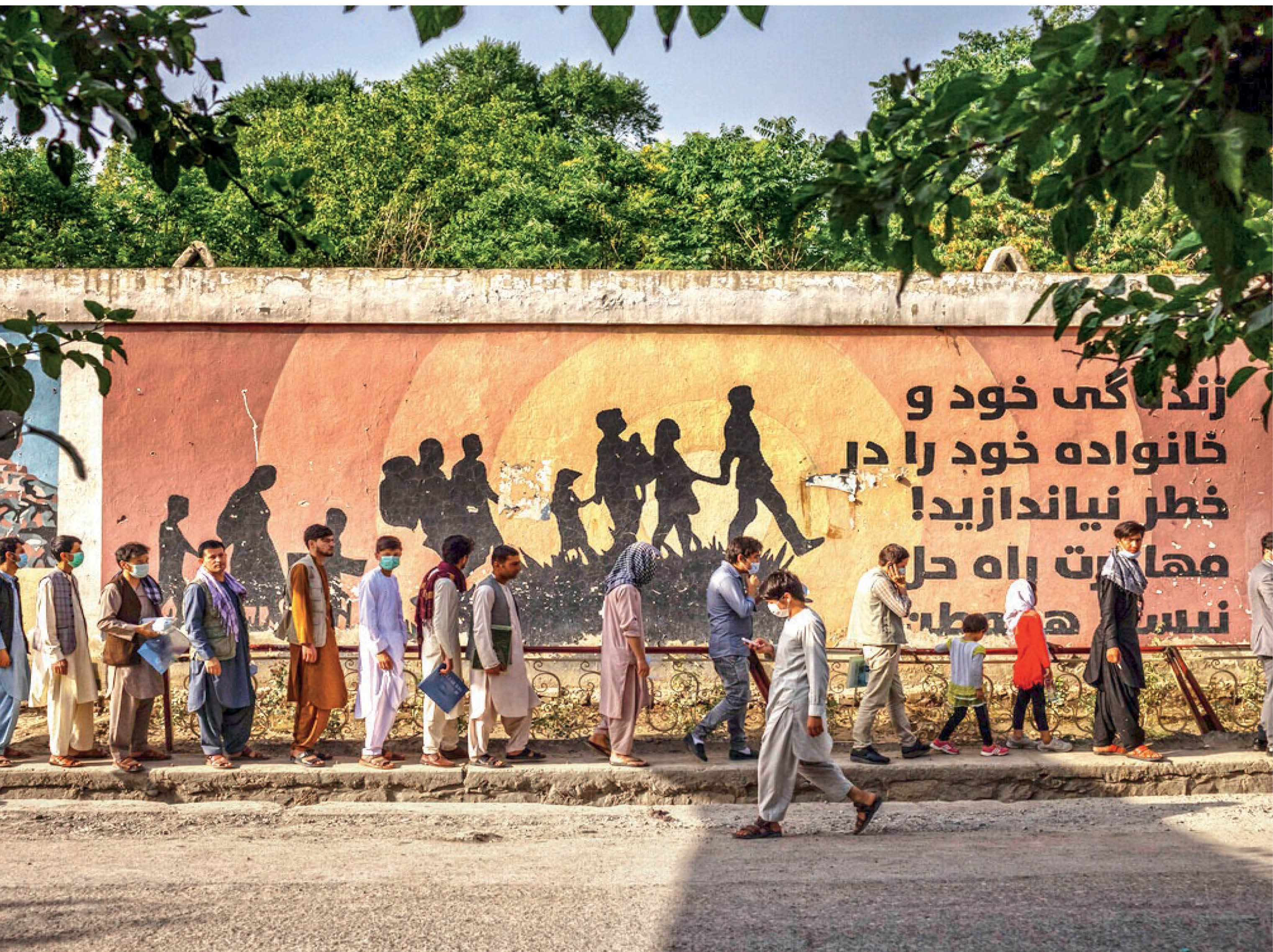 The wall seen in the picture appeals to the people not to flee from Afghanistan.  But in this passport office in Kabul, there are similar long queues of people every day, because they want to leave the country because of the Taliban.  - Dainik Bhaskar