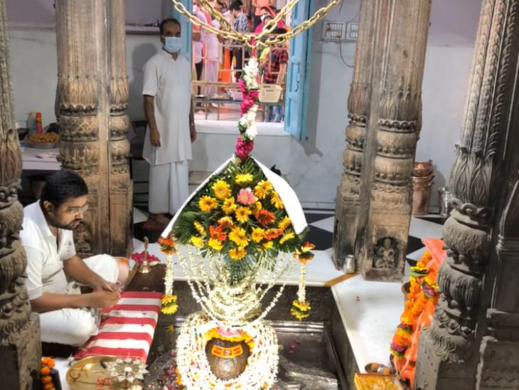आगरा में यमुना किनारे स्थित है बल्केश्वर महादेव मंदिर, करीब 600 साल पहले बिल्व पत्र के जंगल में मिला था ये शिवलिंग|धर्म,Dharm - Dainik Bhaskar