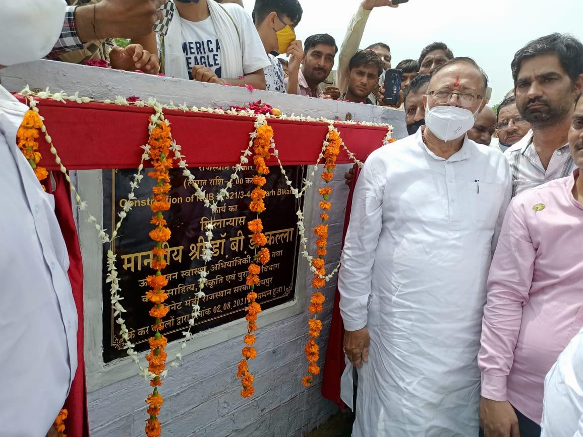 दो अंडर ब्रिज का उद्घाटन करते बी.डी कल्ला। - Dainik Bhaskar