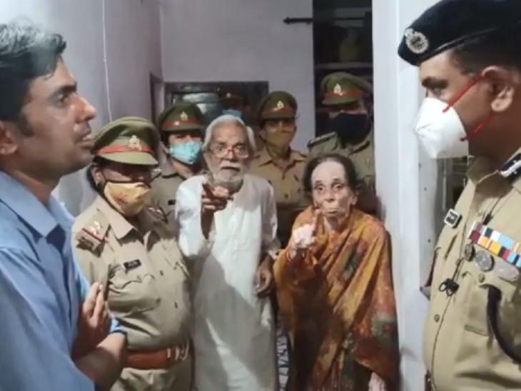 पुलिस कमिश्नर को बेटे की करतूत बताते मां-बाप।