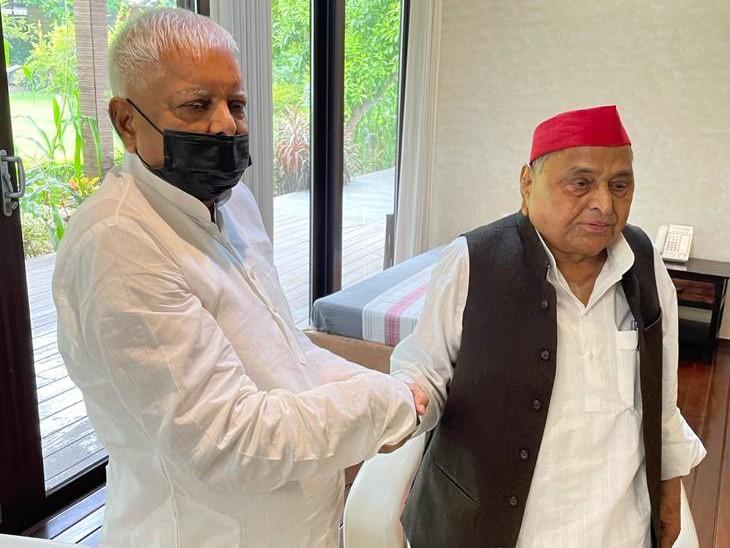 माना जा रहा है कि UP चुनाव में लालू प्रसाद यादव सपा का समर्थन कर सकते हैं।