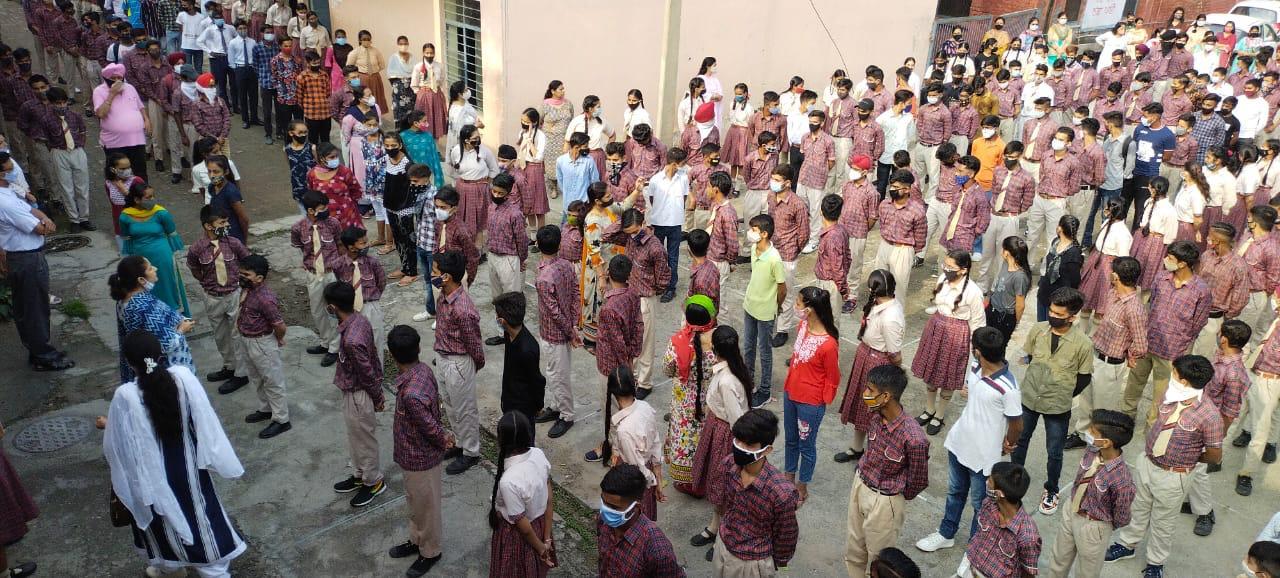 सरकारी स्कूलों में विद्यार्थी आने शुरु, प्राइवेट स्कूल अभिभावकों से करेंगे मीटिंग, टिफिन शेयर नहीं करेंगे बच्चे, गिनती बढ़ी तो शिफ्ट में लगेंगी क्लास|जालंधर,Jalandhar - Dainik Bhaskar