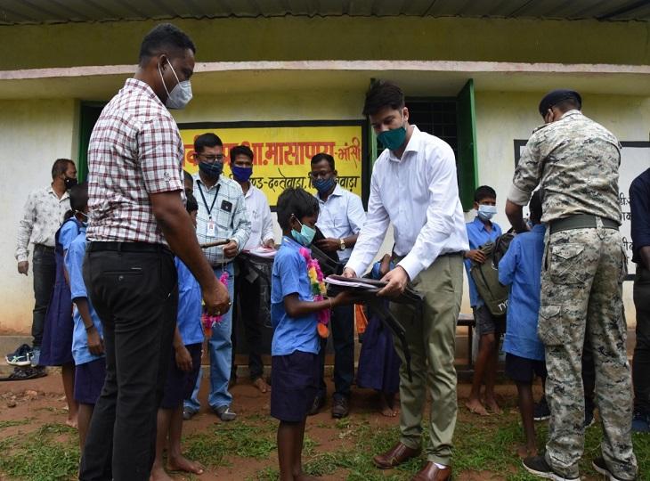 जिला प्रशासन ने बच्चों को बांटी पाठ्य सामग्री।
