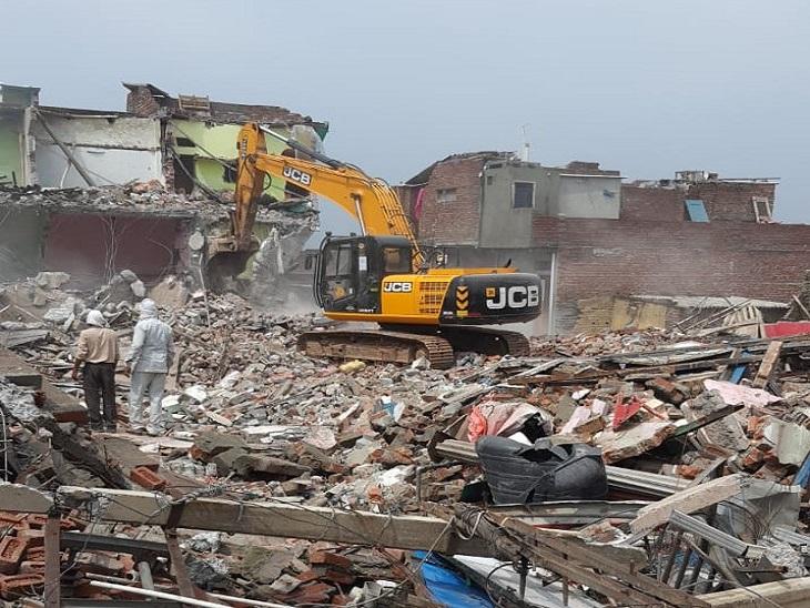 अब तक पूरे इलाके में करीब 90 फीसदी मकान तोड़ दिए गए हैं। - Dainik Bhaskar