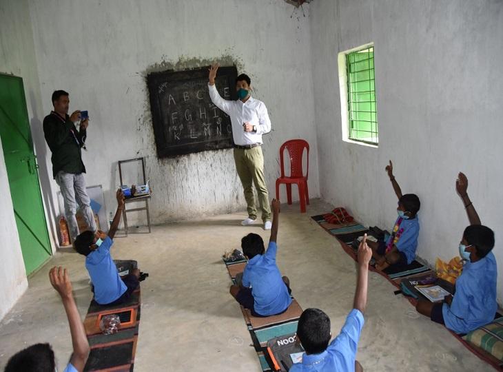 कलेक्टर दीपक सोनी ने लगभग 1 घंटे तक बच्चों की क्लास ली। जब बच्चों से पूछा कि बड़ा होकर अफसर कौन बनेगा, तो सभी बच्चों ने हाथ खड़े किए।