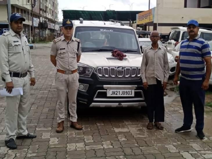 स्कार्पियो से घूम रहे आरोपी पुलिस को देखकर भागे; एक को पकड़कर गाड़ी समेत रीवा ले आए; सिम वैरिफाई के नाम पर डॉक्टर से ठगे थे 6 लाख रुपए|रीवा,Rewa - Dainik Bhaskar