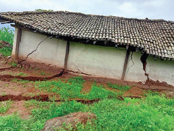 मैनपाट के बिसरपानी में भू-स्खलन, कई मकान धंसे, खेतों में दरारों से फसल बर्बाद, पेड़ भी गिरे अंबिकापुर (सरगुजा),Ambikapur (Surguja) - Dainik Bhaskar