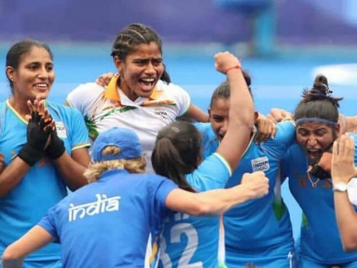 चंंडीगढ़ के पास मोहाली की नयागांव की बेटी रीना खोखर ओलिंपिक में भारतीय हॉकी टीम की प्लेयर है।जीत पर खुशी मनाती टीम के साथ।(सफेद टी-शर्ट में) - Dainik Bhaskar