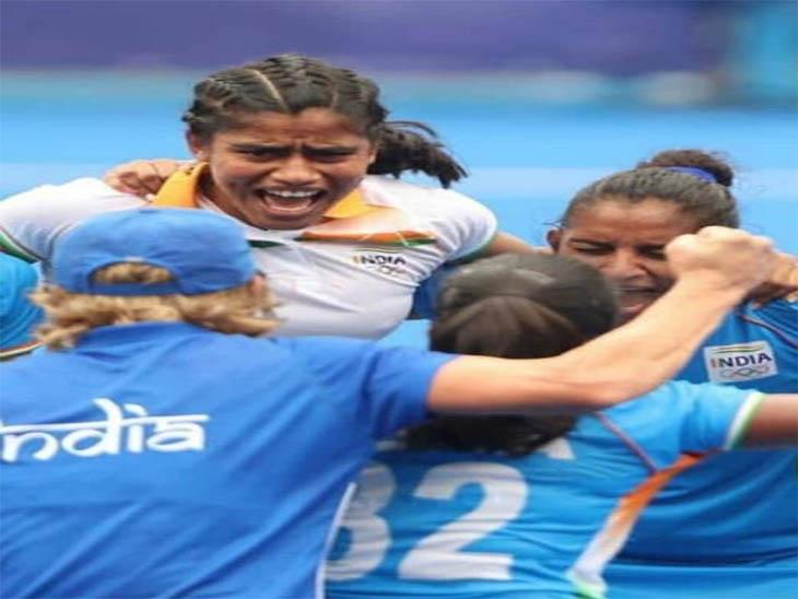भारतीय टीम की खुशी में शरीक हुई रीना (सफेद टी-शर्ट में)