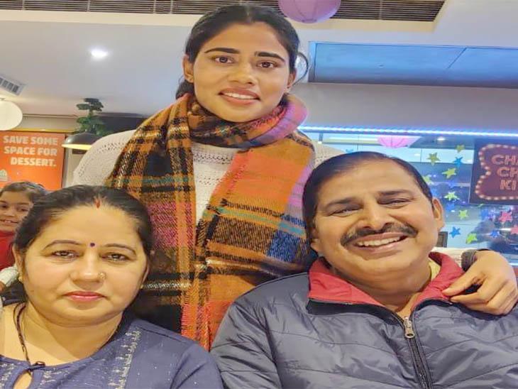 रीना खोखर अपने माता पिता के साथ जाने से पहले की फोटो