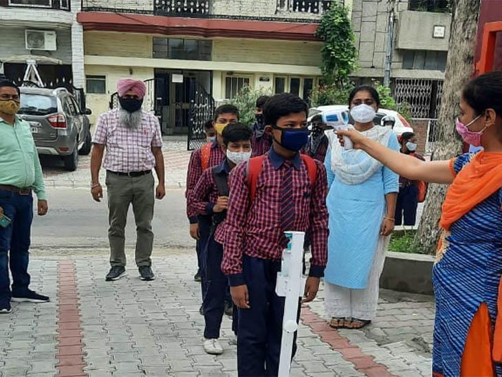 मोहाली केसरकारी स्कूल खुले, बच्चों कोसैनिटाइज कर क्लास मेंभेजा गया, 9वीं और 10वीं क्लास पहले ही चल रही थी|चंडीगढ़,Chandigarh - Dainik Bhaskar
