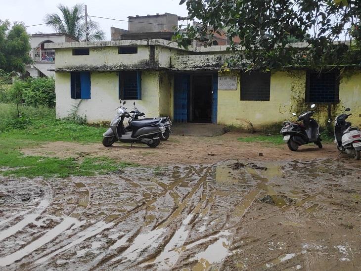 डेढ़ साल तक बंद रहे सरकारी स्कूलों की इमारत हो गई खस्ताहाल, पहला दिन व्यवस्था बनाने में गुजरा; निजी स्कूलों ने छात्रों का किया जोरदार स्वागत|बिलासपुर,Bilaspur - Dainik Bhaskar