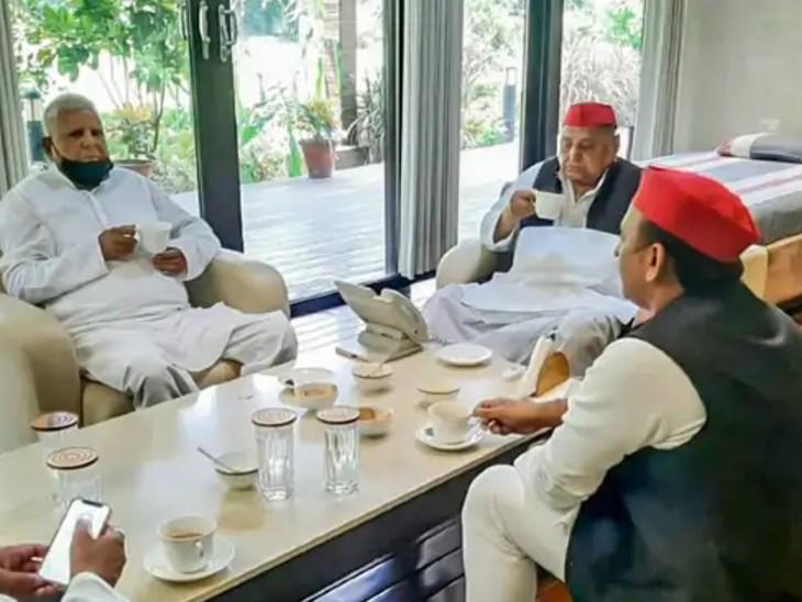 लालू और मुलायम की चाय पर चर्चा के दौरान सपा अध्यक्ष अखिलेश यादव भी मौजूद रहे।