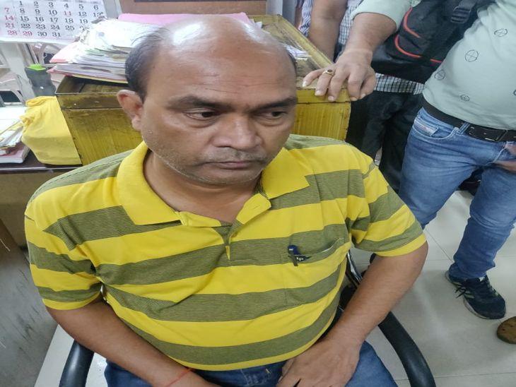 नगर निगम के रिश्वतखोर क्लर्क के ऑफिस की अलमारी में मिले 10.68 लाख रुपए, कहा- जमीन के सौदे के रखे थे|इंदौर,Indore - Dainik Bhaskar