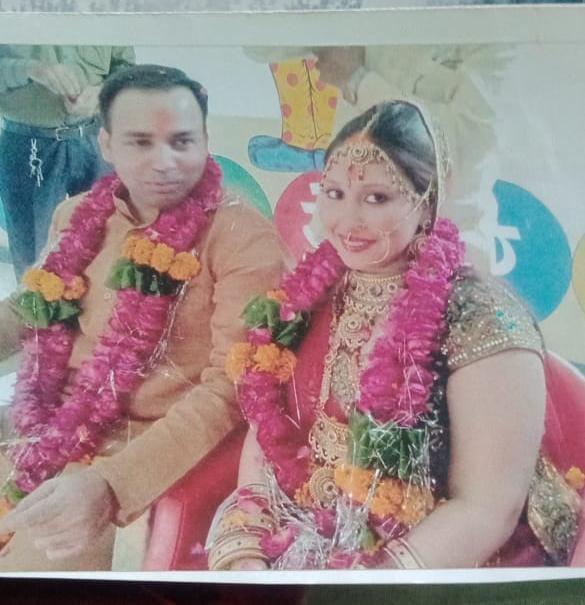 हिंदू लड़की गिन्नी से शादी के इस फोटो में बशीर ने माथे पर टीका लगाया हुआ है।