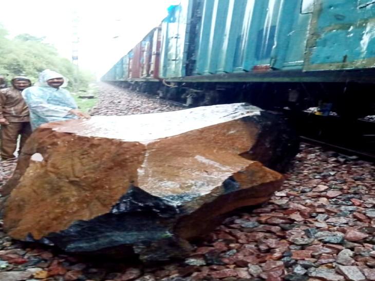 बारिश के कारण पहाड़ी से गिरी चट्टान माल गाड़ी के इंजन से टकराई; तीन घंटे तक यातायात रहा बाधित|झांसी,Jhansi - Dainik Bhaskar