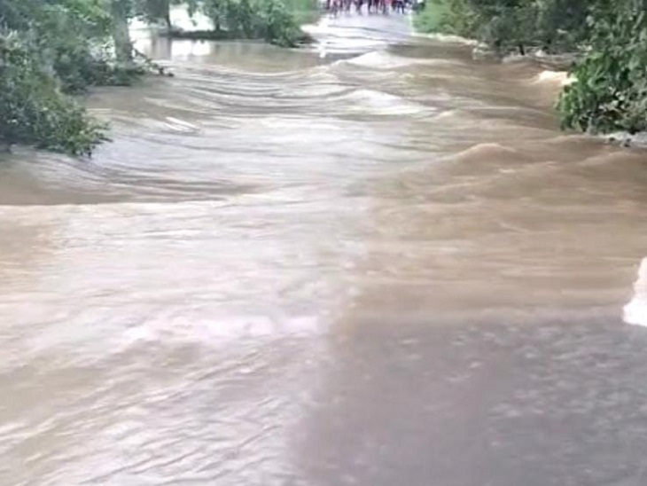 ककरैथ से यूपी के जमानीयां जाने वाले पथ पर पानी का तेज बहाव होने से खतरा बढ़ा। - Dainik Bhaskar
