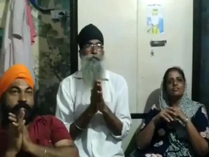 गुरजीत कौर की जीत के लिए अरदास करता परिवार।
