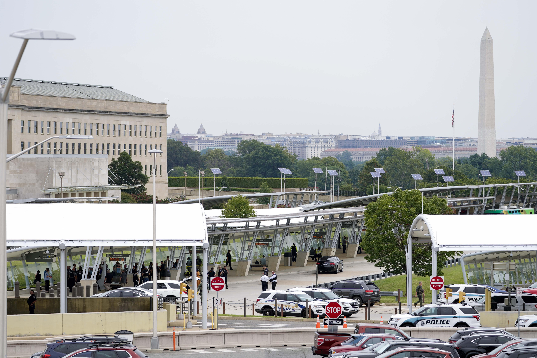 कॉरिडोर 2 और मेट्रो का एंट्री पॉइंट को पुलिस ने बंद कर दिया है। कॉरिडोर 3 पैदल चलने वालों के लिए खोल दिया गया है।