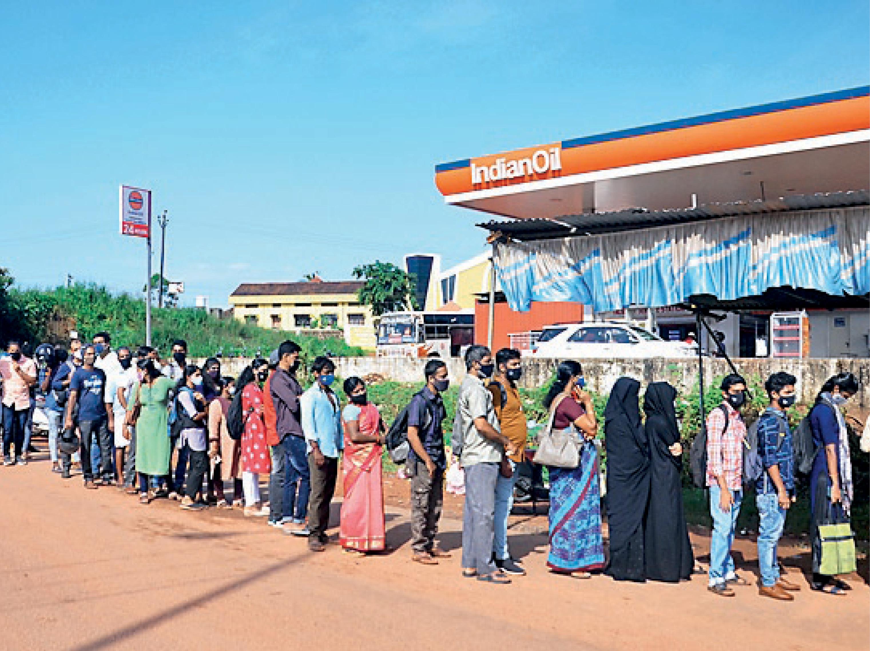 निगेटिव रिपोर्ट नहीं थी, कर्नाटक ने केरल से आने वालों को लौटाया; केरल में संक्रमण दर 10% से अधिक, इसलिए पड़ोसी राज्यों में सख्ती|देश,National - Dainik Bhaskar