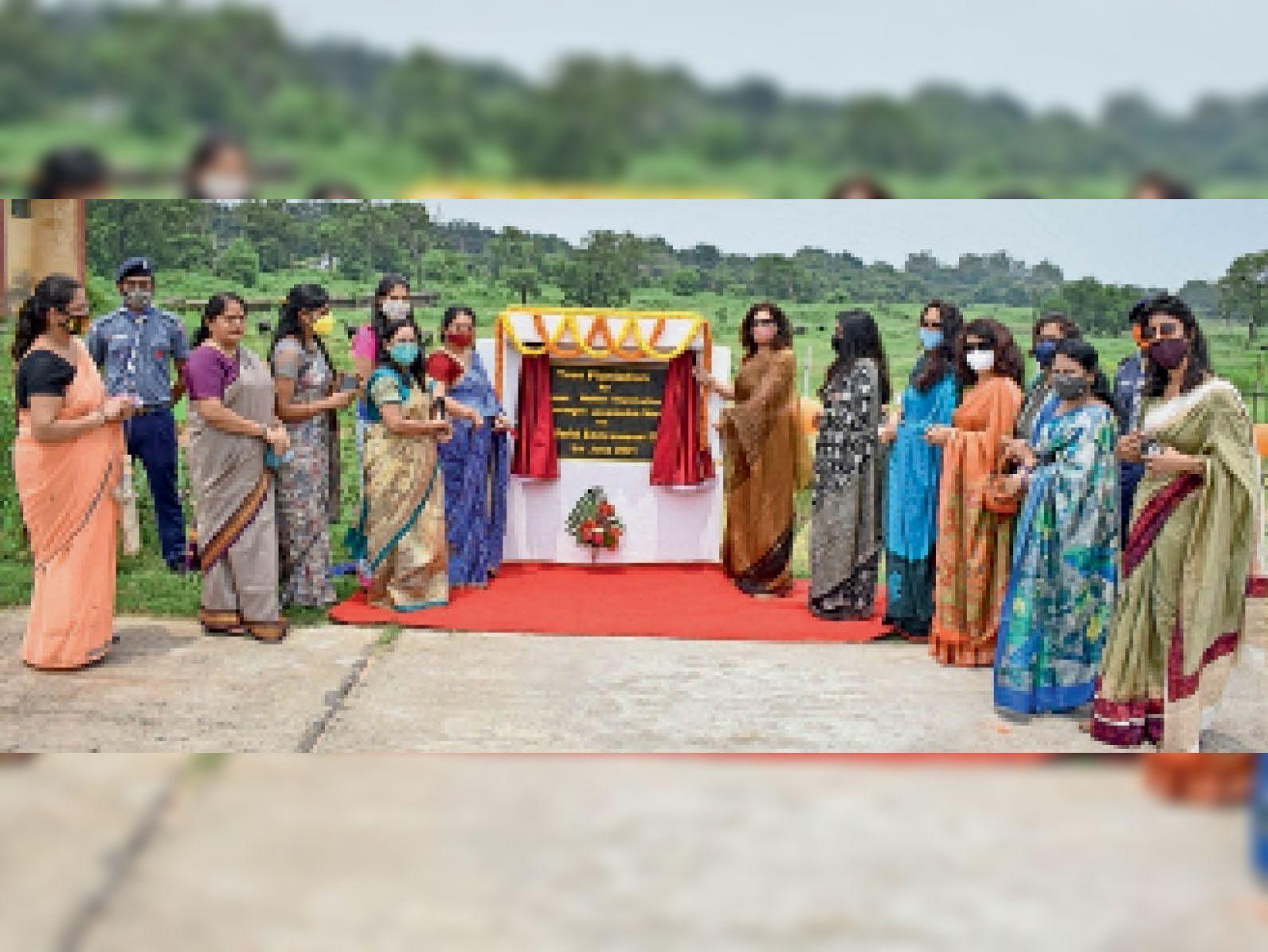 कार्यक्रम में मौजूद चिरेका महिला कल्याण संगठन की अध्यक्ष व सदस्य। - Dainik Bhaskar