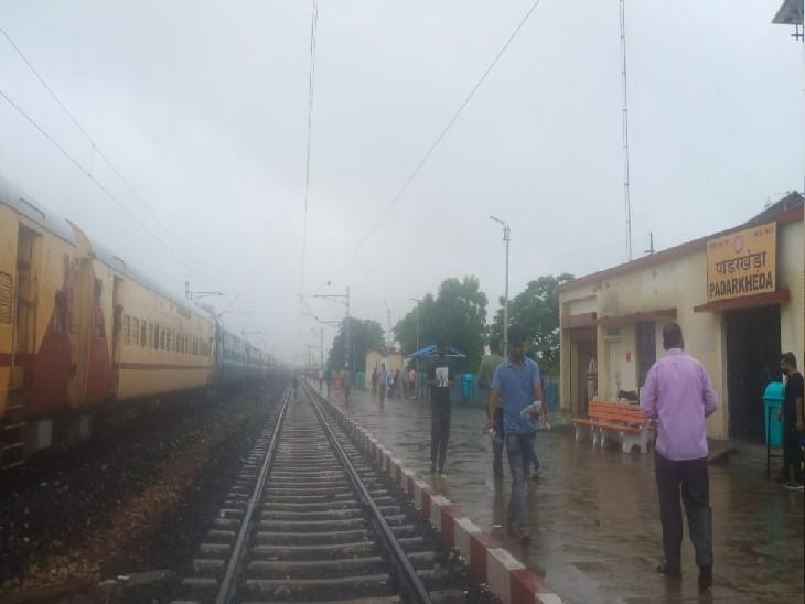 शिवपुरी के पाड़रखेड़ा रेलवे स्टेशन पर खड़ी इंटरसिटी एक्सप्रेस।