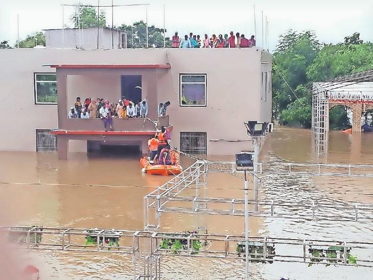 विजयपुर के मैरिज गार्डन में 50 लोग पानी में घिर गए। बचावदल ने मोटरबोट के सहारे सकुशल निकाला।