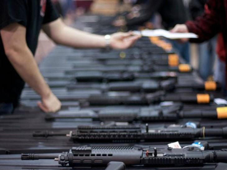 बंदूक की गोलियों की दुकानों में जगह कम और कीमतें भी बढ़ रही हैं। - Dainik Bhaskar