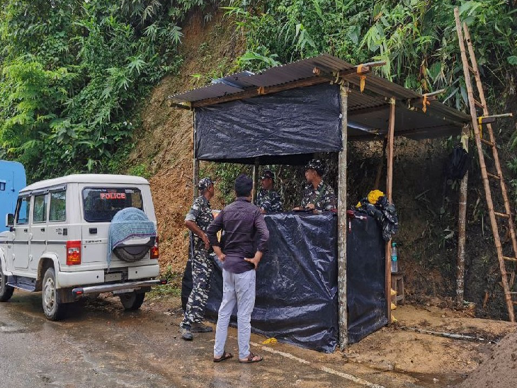 असम के कछार जिले में आने वाले लैलापुर के रास्ते मिजोरम जाने के दौरान हमें ऐसे तीन चेक पोस्ट मिले, जहां पर प्रेस कार्ड देखने और एंट्री करने के बाद ही आगे बढ़ने दिया गया। बीती 26 जुलाई को इसी क्षेत्र में असम-मिजोरम पुलिस सीमा विवाद को लेकर भिड़ गई थी।