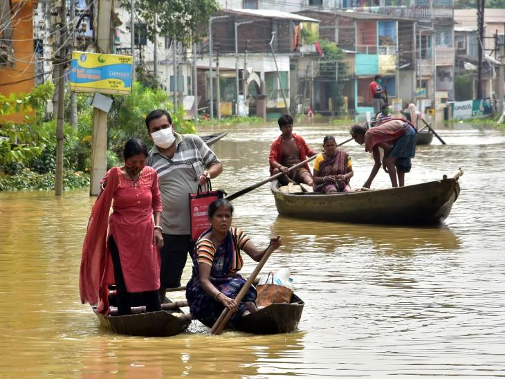 पश्चिमी मेदिनीपुर के घाटल में शिलाबोटी और कांगशाबोटी नदियों में उफान आने से सड़कें पानी में डूब गई हैं।