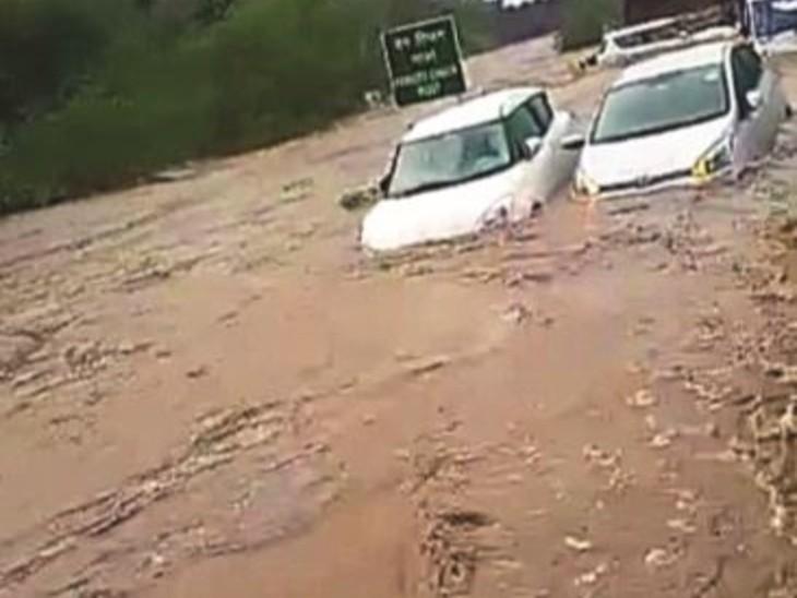 श्योपुर: सवाईमाधौपुर रोड पर कुशालीपुरा दर्रा में आए पानी में फंसी कारें।