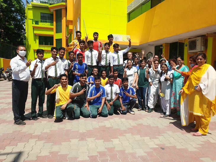 अचानक रिजल्ट ने चहरों पर लाई खुशी, नंबर देखकर चेहके छात्र-छात्राएं, फिर भी मन में परीक्षा न होने की टीस|बरेली,Bareilly - Dainik Bhaskar