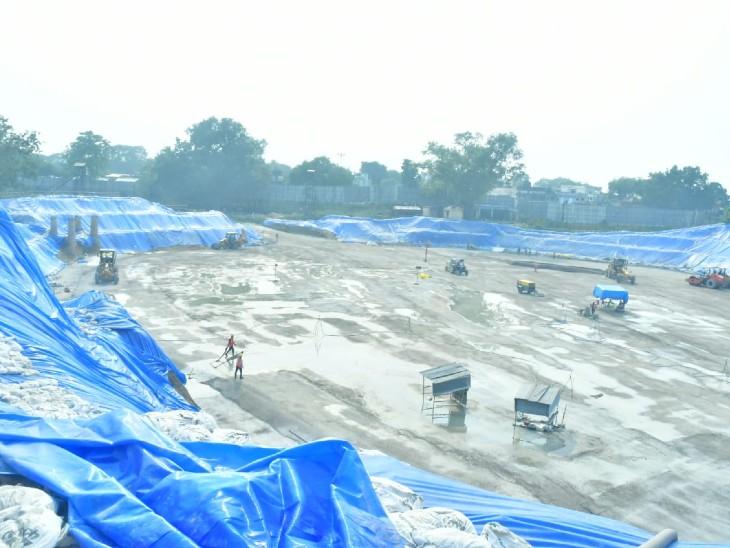 राम मंदिर के नींव पर चल रहा काम बारिश के चलते प्रभावित हुआ है। इसलिए कई जगहों पर प्लास्टिक के कवर ढके गए हैं।