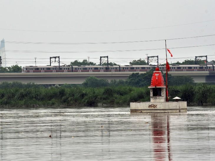 दिल्ली में यमुना का जलस्तर बढ़ने से किसानों की फसलें डूब गई हैं। हथिनीकुंड बैराज से पानी छोड़ते ही यमुना पूरे वेग से बहती है।