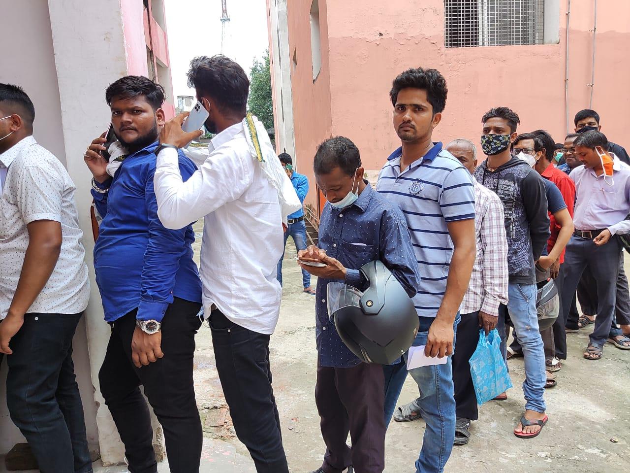 हर ब्लॉक पर 8 से 10 बूथ बनाए गए, एक दिन में लगेगी 60 हजार लोगों को वैक्सीन; नहीं हो पा रहा कोविड-19 के नियमों का पालन|गोरखपुर,Gorakhpur - Dainik Bhaskar