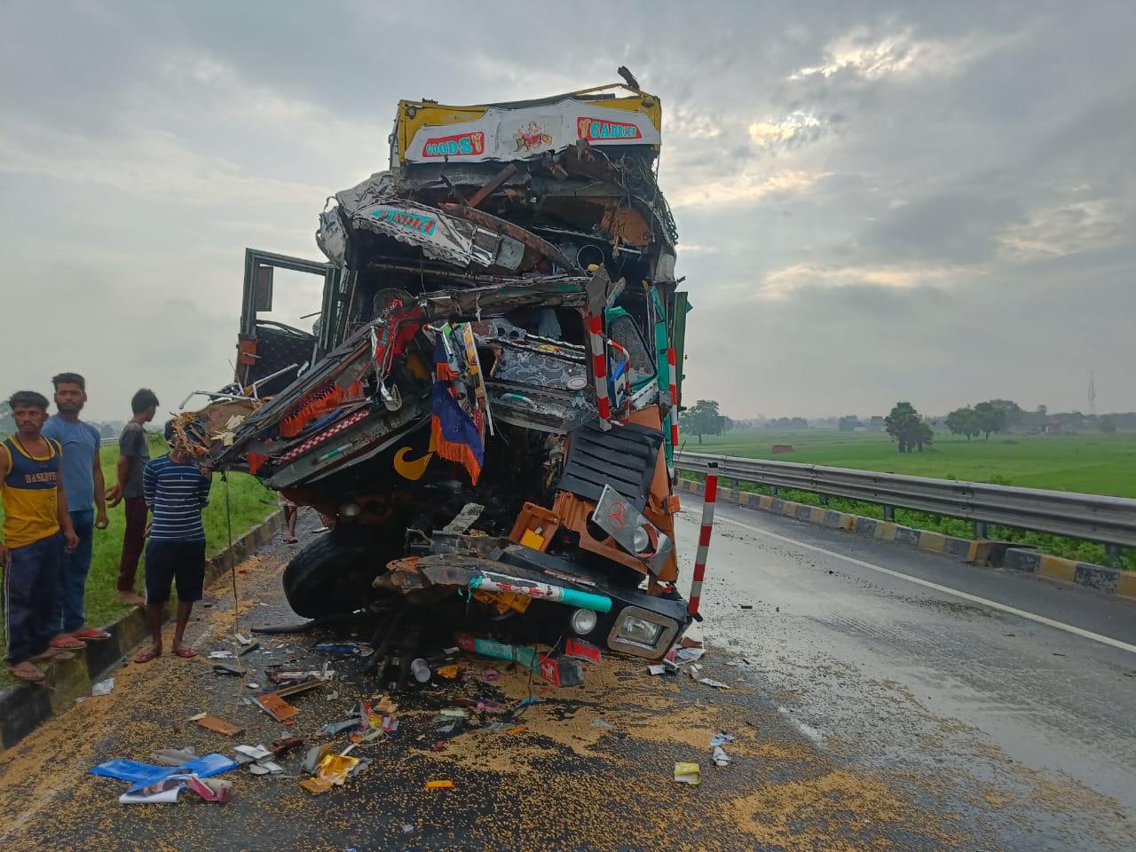 फोरलेन पर ट्रक खड़ी करके खलासी टायर का पंचर बना रहा था, पीछे से आ रही ट्रक ने मार दी टक्कर, जांच में जुटी पुलिस|गोरखपुर,Gorakhpur - Dainik Bhaskar