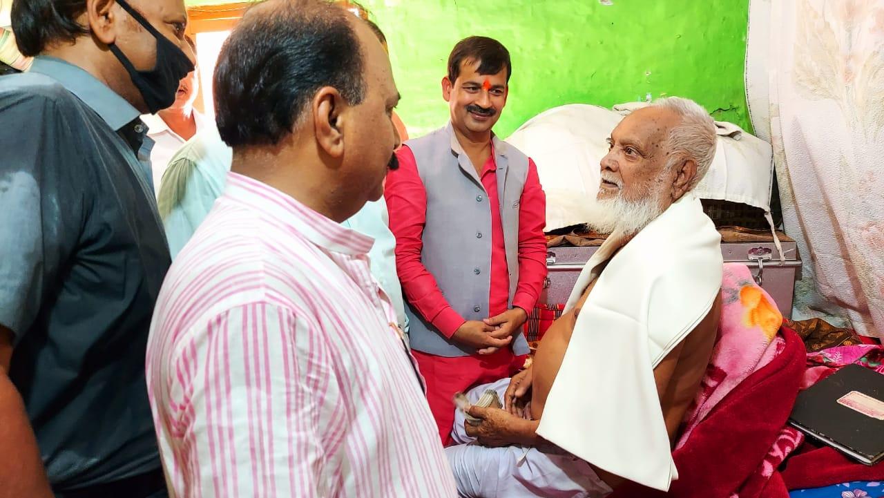 अयोध्या में 10 हजार लाशों का अंतिम संस्कार करने वाले पद्मश्री मोहम्मद शरीफ की हालत देख भावुक हुए मेयर, 50 हजार की दी आर्थिक सहायता|अयोध्या,Ayodhya - Dainik Bhaskar