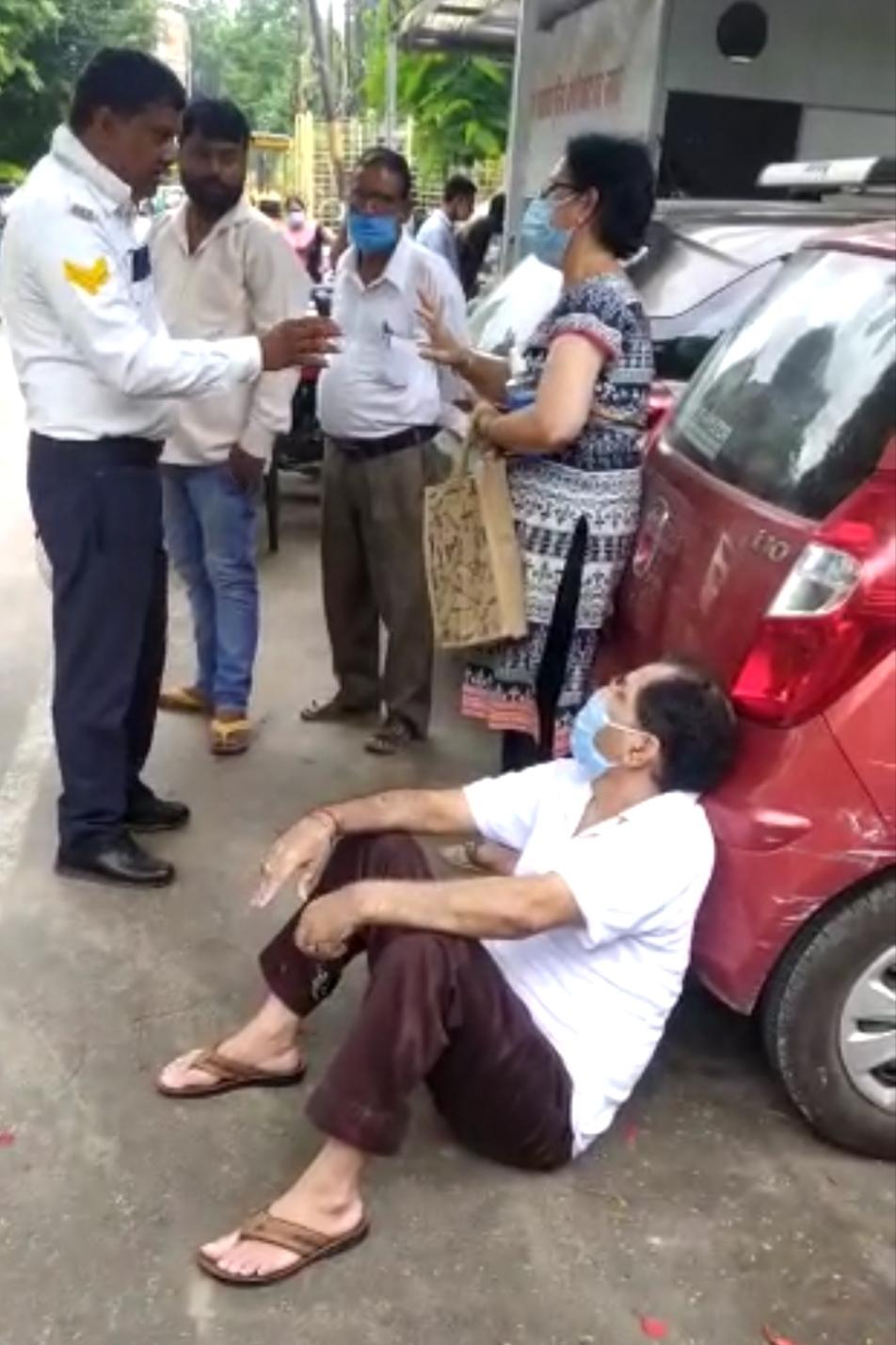 सिविल अस्पताल में वैक्सीन लगवाने आये बुजुर्ग की क्रेन से उठा ली कार, छुड़वाने के लिए नगर निगम बूथ के बाहर धरने पर बैठे|लखनऊ,Lucknow - Dainik Bhaskar
