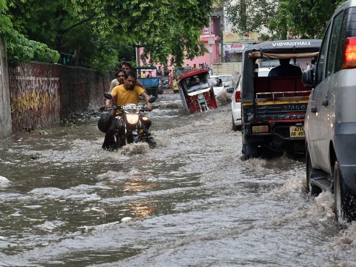 पानी में डूबी टोंक रोड से गुजरते वाहन। अजमेर रोड, ढेहर के बालाजी, बी2 बाईपास से लेकर शहर के कई इलाके पानी में डूब गए।