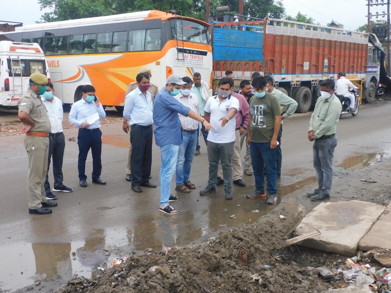 नगर आयुक्त ने गंदगी और जलभराव की समस्या का किया निरीक्षण, निस्तारण के लिए अधिकरियों को दिए निर्देश|मथुरा,Mathura - Dainik Bhaskar