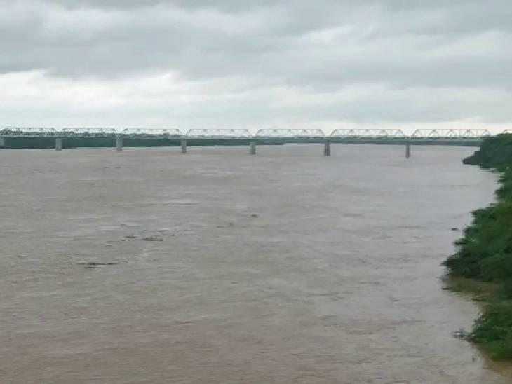 4 घंटे में एक सेमी बढ़ा जलस्तर, प्रभावित इलाकों के लिए 9 बाढ़ चौकियां बनाई गईं; निचले इलाकों को खाली करने को कहा|इटावा,Etawah - Dainik Bhaskar