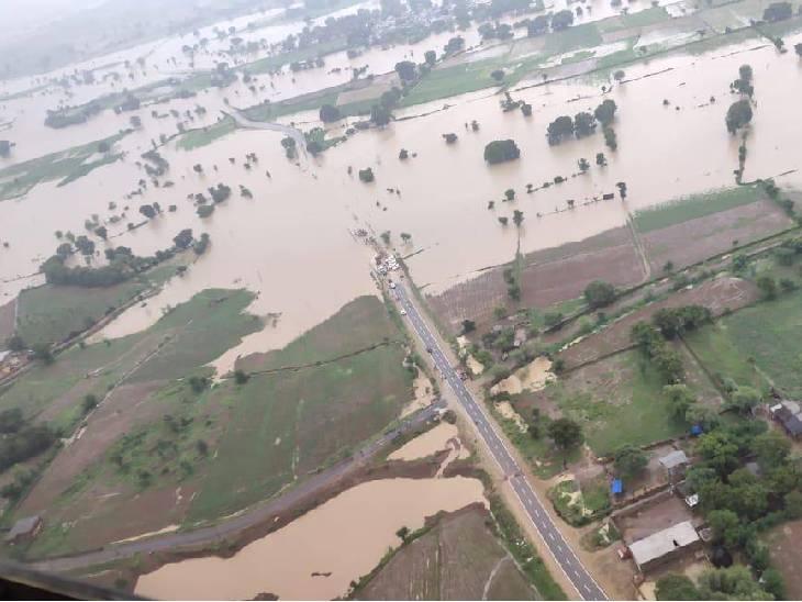 हाईवे डूबने के कारण रेस्क्यू टीम गांवों तक नहीं पहुंच पा रही है।