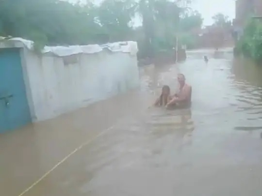 नवोदय स्कूल में बच्चे बाढ़ में फंस गए थे, इन्हें गांव के लोगों ने निकाला।