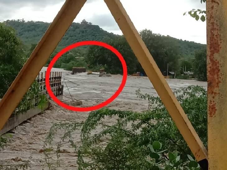दतिया के रतनगढ़ माता जाने के लिए सिंध नदी का पुल तेज पानी के बहाव से बह गया।