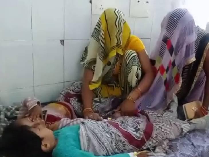 140 फीट गहरे कुएं से ग्रामीणों ने बच्चों को बाहर निकाला; अस्पताल में कराया भर्ती, हालत खतरे से बाहर|झांसी,Jhansi - Dainik Bhaskar