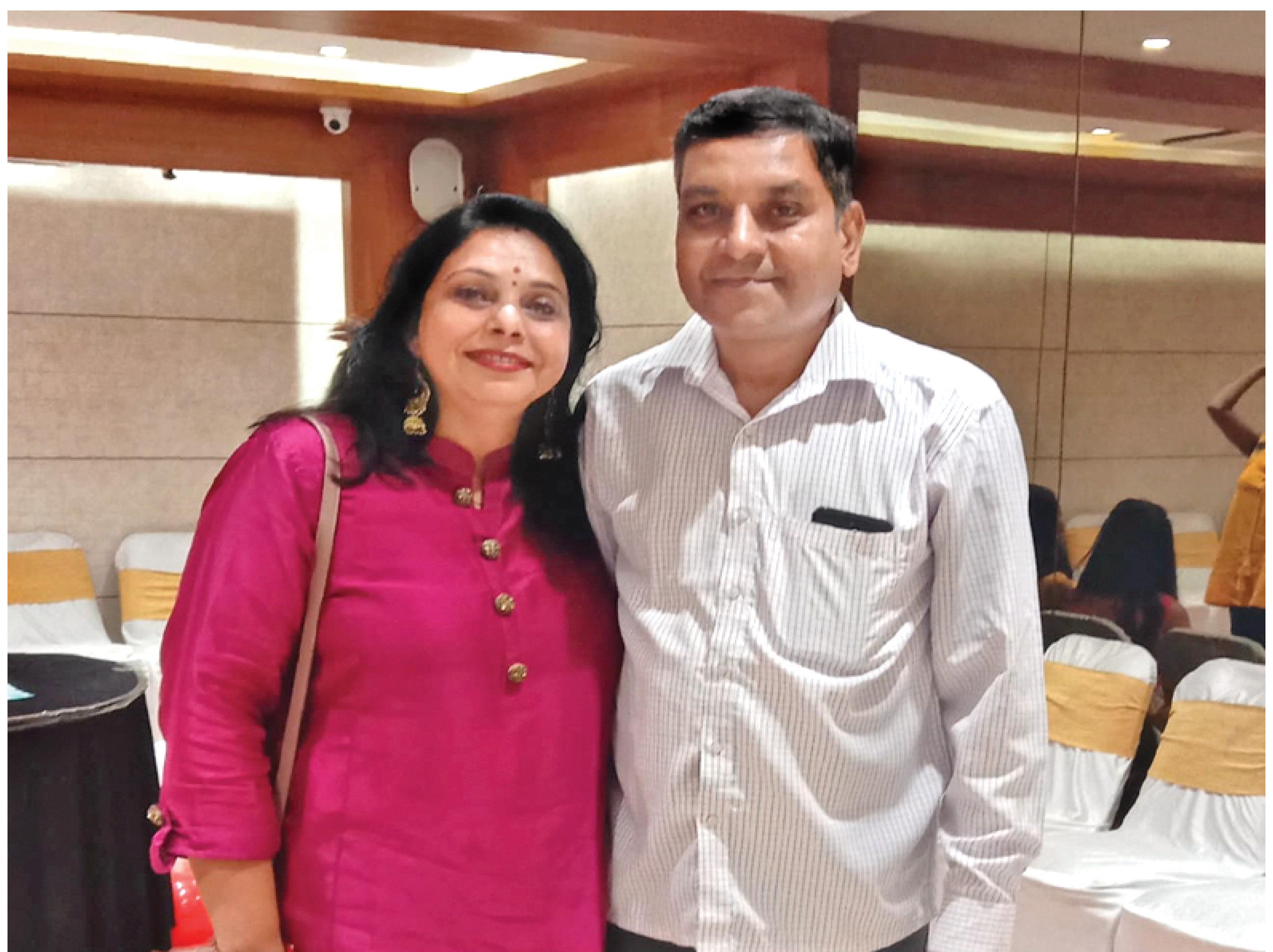 राधा सिंह के साथ पति विजय सिंह। - Dainik Bhaskar