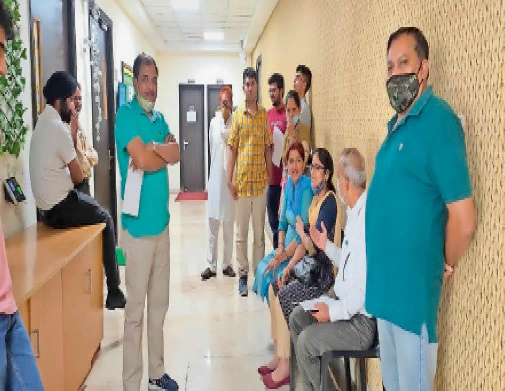 शहर के एक निजी स्कूल में पहुंचे अभिभावक। - Dainik Bhaskar